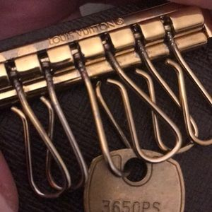 AUTHENTIC Louis Vuitton 6 key ring holder.